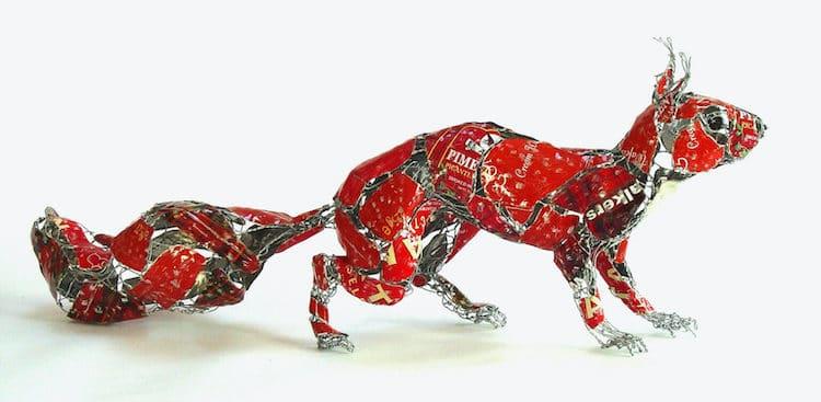 Esta artista hace increíbles esculturas de animales con toda la basura que se encuentra