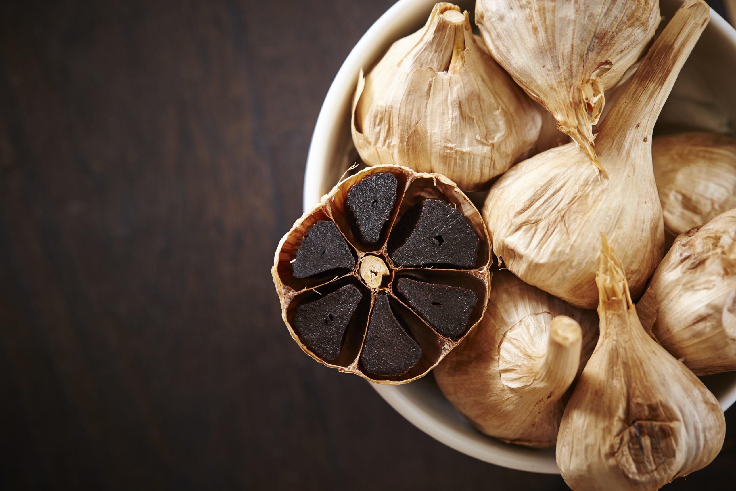 Ajo negro: el secreto de la cocina con más beneficios que el blanco
