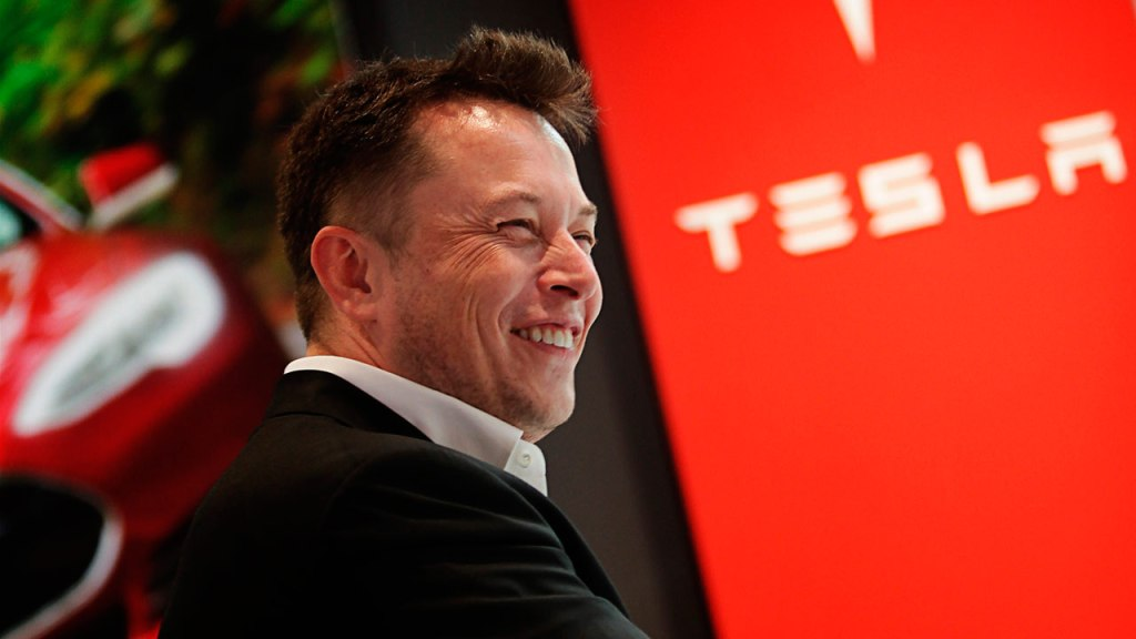 Elon Musk se autoproclama 'tecno-rey de Tesla'