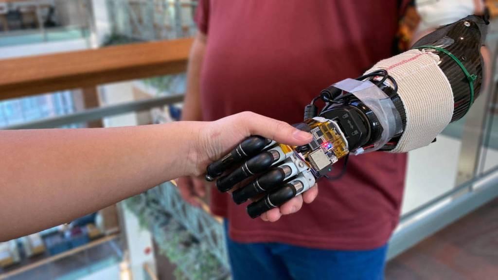 Una mano robótica que tiene tacto y funciona con la mente