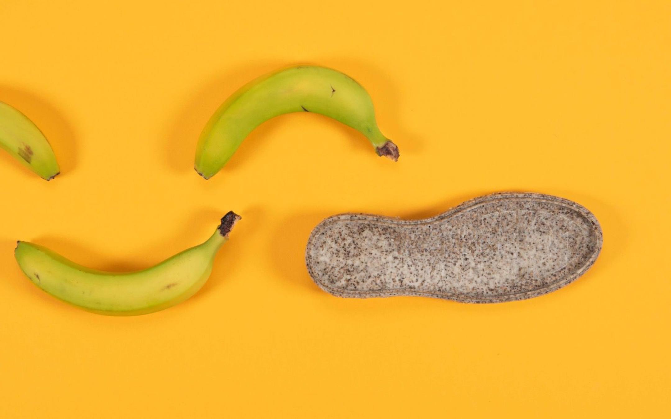 Diseñadora logra transformar las cáscaras de plátano en lentes y suelas de zapato
