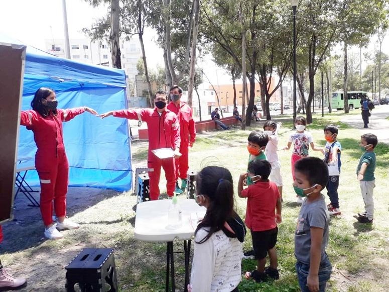 Esta escuela móvil imparte clases a niños en situación de calle en CDMX