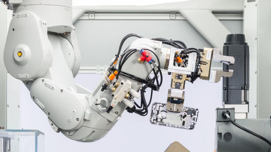 Ellos son Daisy y Dave, los robots que reciclan teléfonos de Apple
