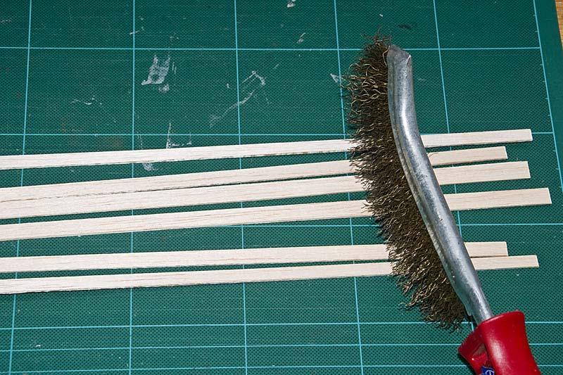 Met een koperborstel wordt de structuur in de plank gekrast