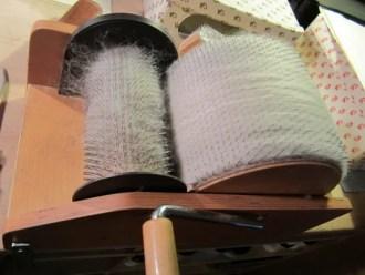 Machinaal kaarden van wol op kaardmachine voor thuisgebruik