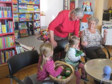 Anna und Hilde mit Enkeltöchtern