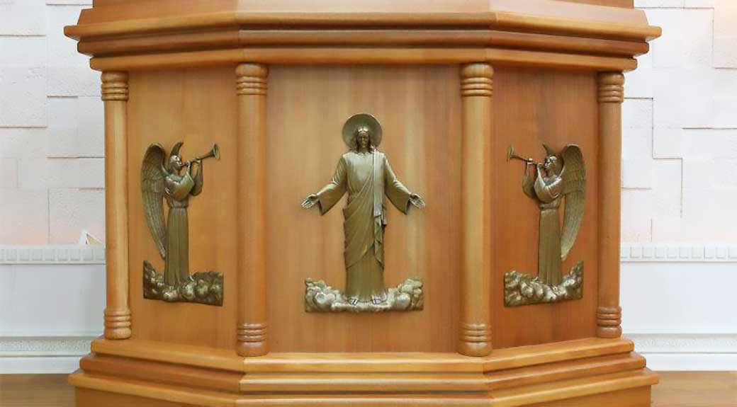The podium used by Wolmyeongdong Church. The front of the podium is engraved with archangels blowing a trumpet besides the Holy Son who is riding on a cloud.