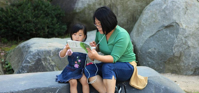 A mother teaches her daughter about Wolmyeongdong