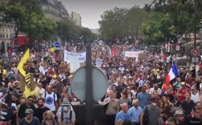 Protest we Francji przeciwko segregacji sanitarnej