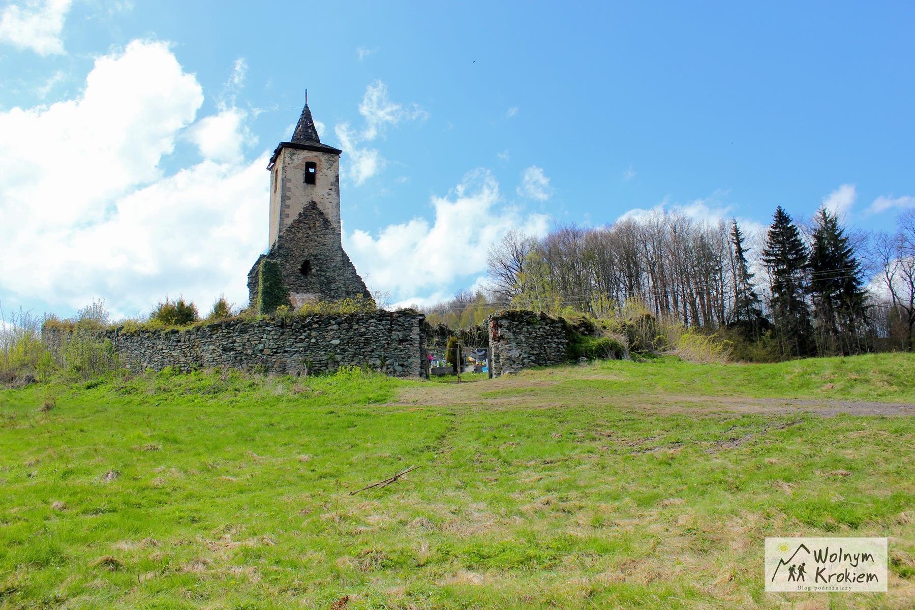 Opuszczona wieża kościelna na cmentarzu