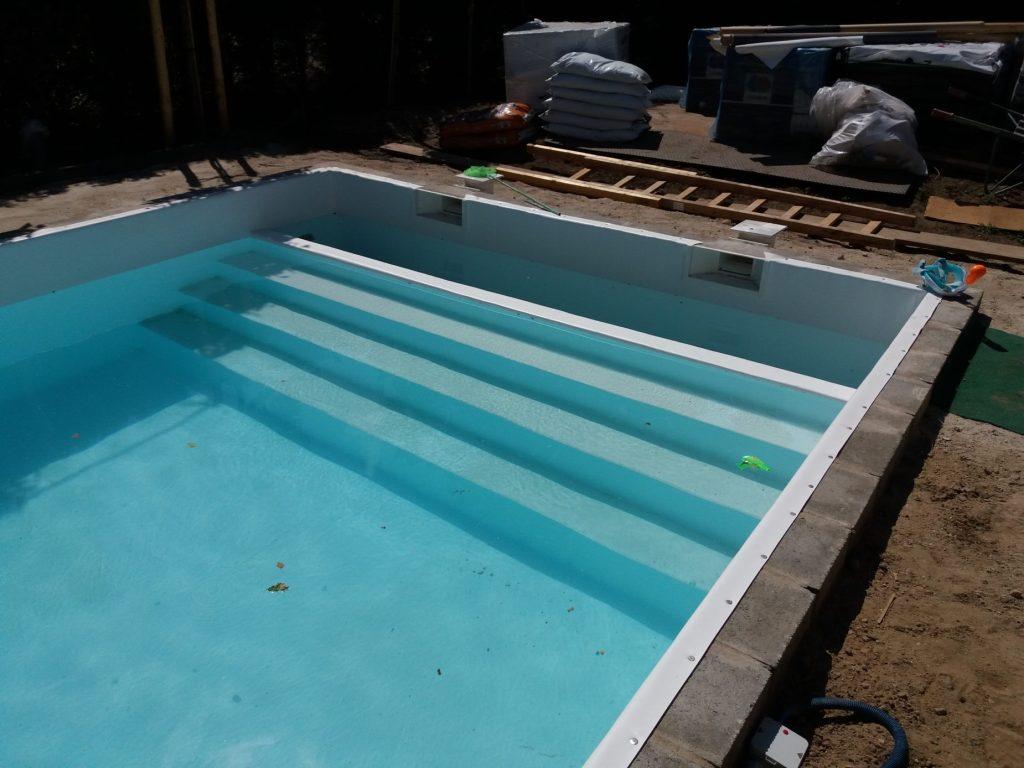 WOLTERS ZWEMBADEN verzorgt de aanleg van uw privé zwembad zonder uw wensen uit het oog te verliezen. Tevens kunnen wij uw installatie onderhouden en waar nodig moderniseren of aanpassen.Warmtepompen, zonnecollectoren, automatische doseerapparaten en rollendek kunnen gemonteerd worden. Ook renovatie behoort tot de mogelijkheden.