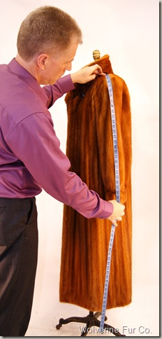 Measuring sleeve of fur coat.