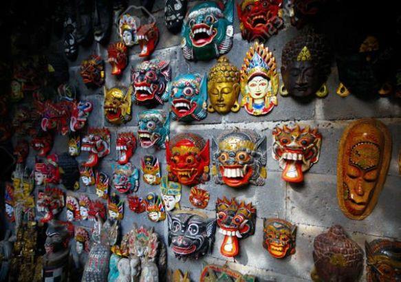 Большое разнообразие деревянных резных масок.