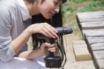 DIYをしている女性のイメージ画像