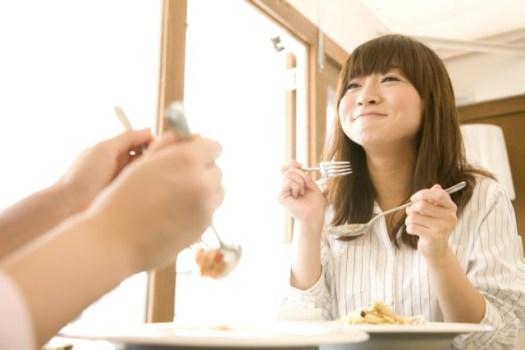 外食をしている女性