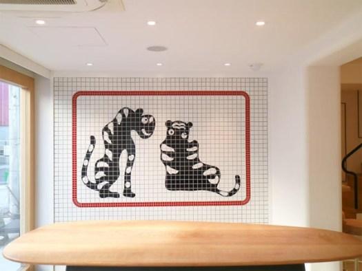 トラヤカフェ・あんスタンド北青山店のタイルで描かれた虎の絵