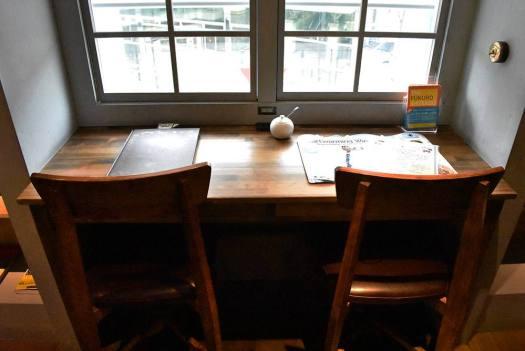 梟書茶房の図書エリアの窓際席