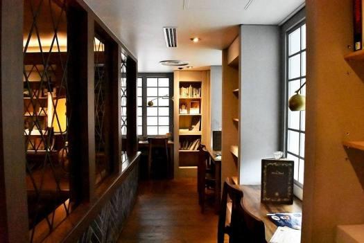 梟書茶房の図書エリア
