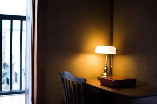 腰越の宿泊施設「haletto house KOSHIGOE」の2階の机