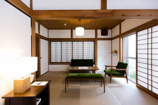 腰越の宿泊施設「haletto house KOSHIGOE」の1階のリビングルーム