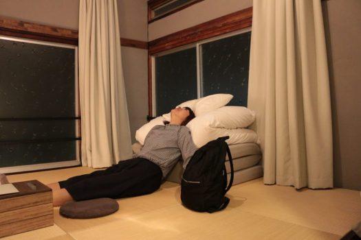 谷中のホテル「hanare」の部屋内でくつろぐ女性
