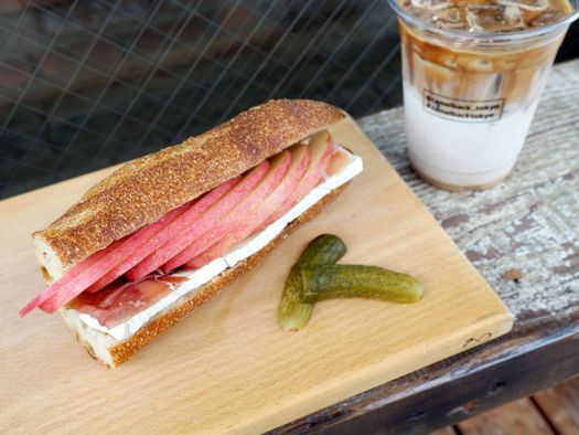 「Camelback sandwich&espresso」のフルーツサンド「Brie Cheese Honey and apple」