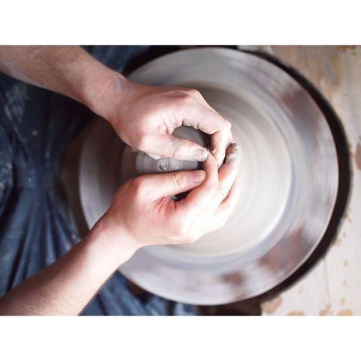 「aeru」の陶器を作る職人さんの手元