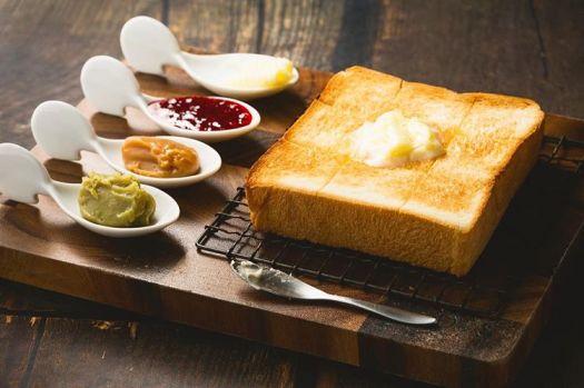 「高級食パン専門店 嵜本 東京田園調布店」の併設のカフェで食べられるナチュラル食パン・ミルクバター食パンと、 16種類のジュエルジャム、2種類のバターの組み合わせのメニュー
