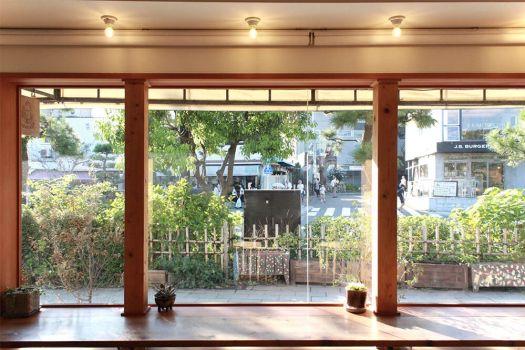朝食屋「COBAKABA」のカウンター席の大きな窓