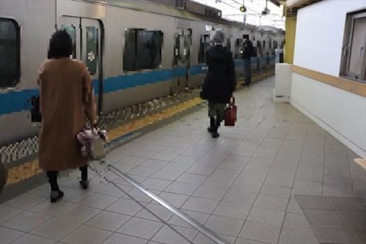 豪徳寺駅で新宿駅へ向かう電車