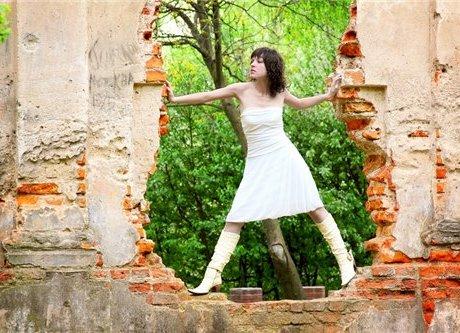 Нельзя фотографироваться на фоне развалин, руин и заброшенных домов.