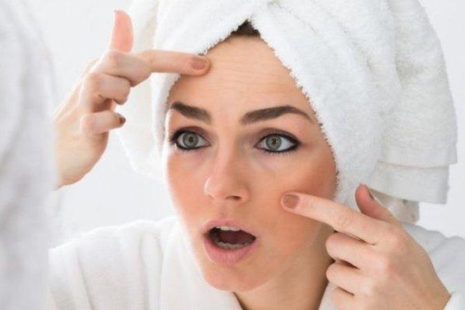 Картинки по запросу фото женщина трогает свое лицо