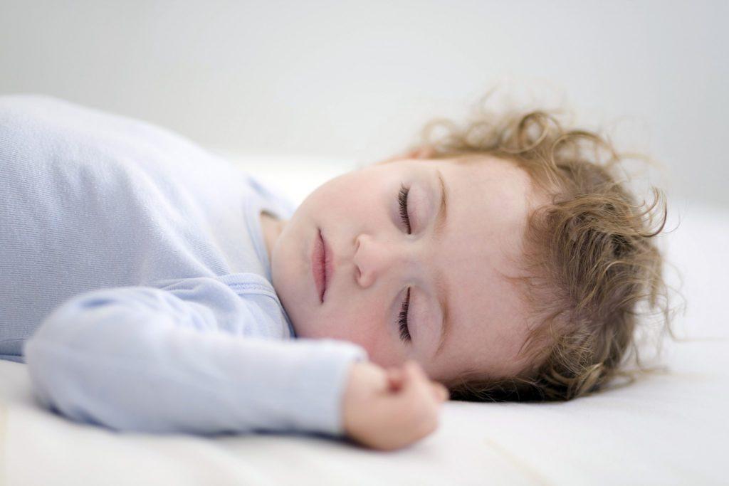Можно ли новорожденному спать с пустышкой? Последствия и важные советы от врачей. Можно ли спать новорожденным на животе