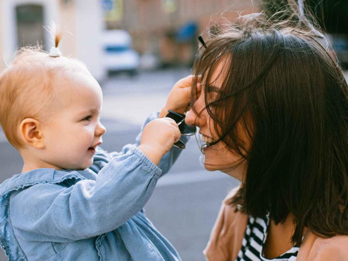Perchè i bambini toccano i capelli della mamma