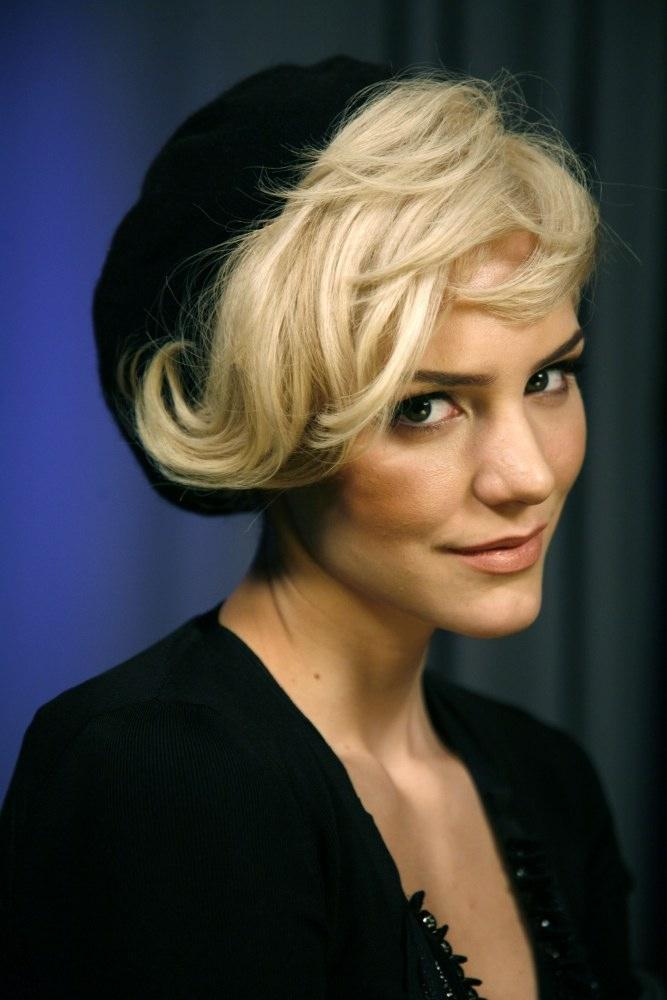 Short Retro Waves Textured Hairstyle For Women Women