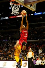 Tierra Ruffin-Pratt lays it up and in. Photo by Maria Noble/WomensHoopsWorld.