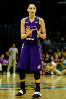 Diana Taurasi gestures for the pass. Photo by Maria Noble/WomensHoopsWorld.