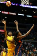 Nneka Ogwumike scores over Jonquel Jones. Photo by Maria Noble/WomensHoopsWorld.