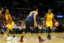 Chelsea Gray runs the ball around the perimeter. Photo by Maria Noble/WomensHoopsWorld.