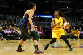 Chelsea Gray looks for a pass. Photo by Maria Noble/WomensHoopsWorld.