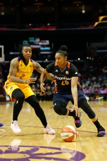 Alex Bentley tries to beat Riquna Williams on the dribble. Photo by Maria Noble/WomensHoopsWorld.