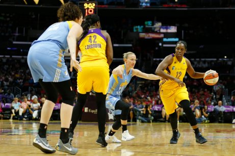 Chelsea Gray gets by Courtney Vandersloot. Photo by Maria Noble/WomensHoopsWorld.