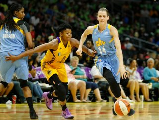 Allie Quigley tries to outrun Alana Beard. Photo by Maria Noble/WomensHoopsWorld.