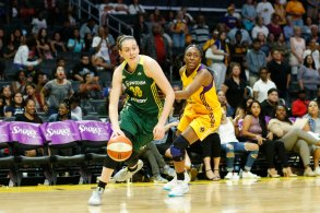 Breanna Stewart tries to outrun Nneka Ogwumike. Photo by Maria Noble/WomensHoopsWorld.
