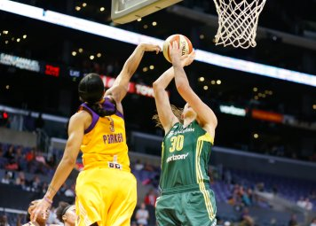 Candace Parker defends Breanna Stewart. Photo by Maria Noble/WomensHoopsWorld.