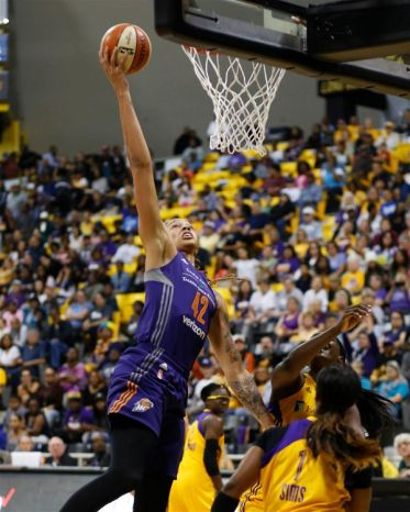 Brittney Griner comes close to dunking. Photo by Maria Noble/WomensHoopsWorld.