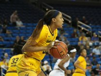 Kristine Anigwe looks to pass the ball. Photo by Maria Noble/WomensHoopsWorld.
