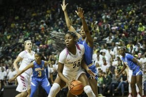 Ruthy Hebard is guarded by Monique Billings. Photo by Eric Evans/UO Athletics.