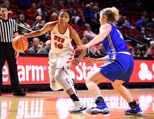 Tashia Brown drives past her Middle Tennessee defender. Photo by Steve Roberts/Icon Sportswire.