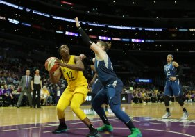 Chelsea Gray looks to get past Lindsay Whalen's defense. Maria Noble/WomensHoopsWorld.
